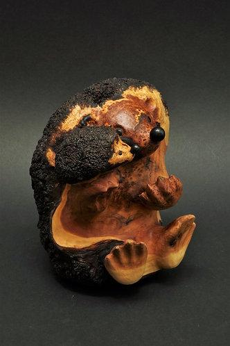 Un hérisson adulte raconte une histoire à son petit. Sculpture en racine de cade de Christian Delacoux, h 18 cm.