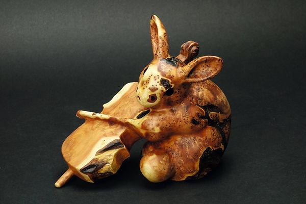 Lapin jouant du violoncelle, a t'il l'oreille absolue ? Sculpture en bois de Christian Delacoux, h 15 cm.