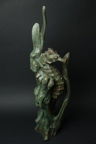 Hippocampe caché dans des algues. Sculpture en bronze vert antique de Christian Delacoux, h 62 cm.
