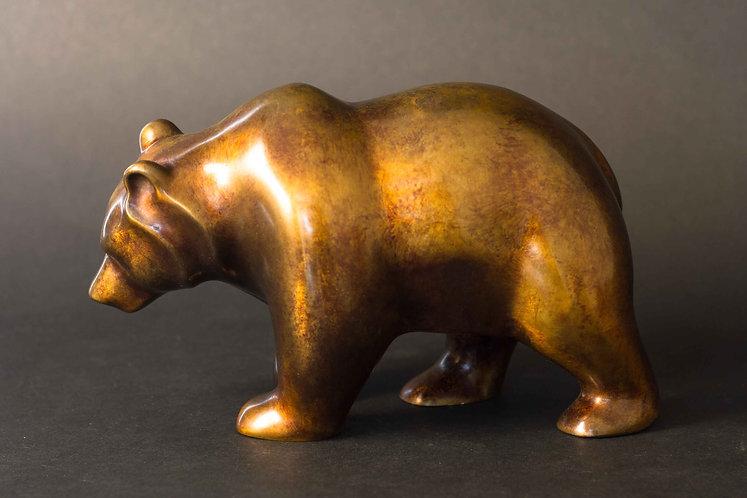 Ours cheminant tranquillement. Sculpture en bronze moucheté marron  sur fond doré de Christian Delacoux, longueur 25 cm.