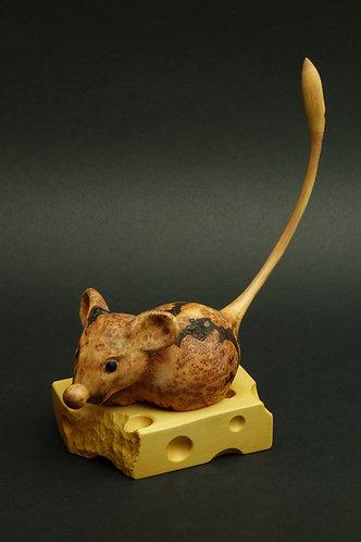 Une souris sur un gros morceau de gruyère qu'elle a commencé à grignoter. Sculpture en bois de Christian Delacoux, h 21 cm.
