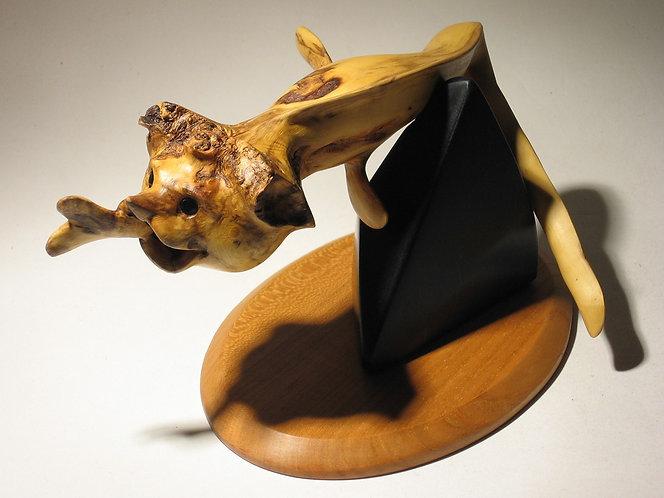Serpent de mer imaginaire mangeant un poisson. Sculpture en bois de Christian Delacoux, 19 cm de long.