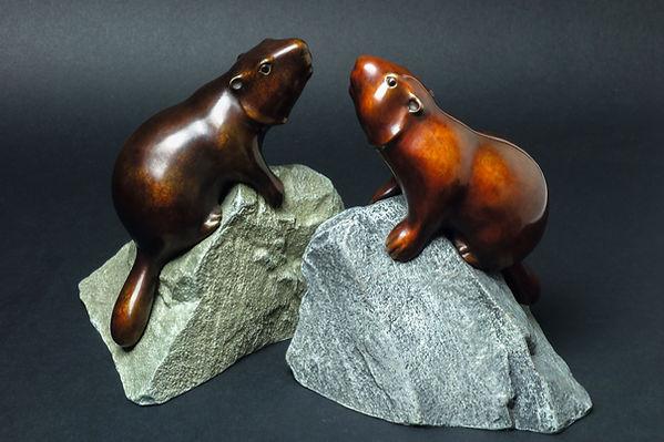 Deux marmottes sur leur rocher se font face. Sculptures en bronze de Christian Delacoux, h 19 cm.