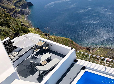 Cliff villa in Santorini with pool and ocean views