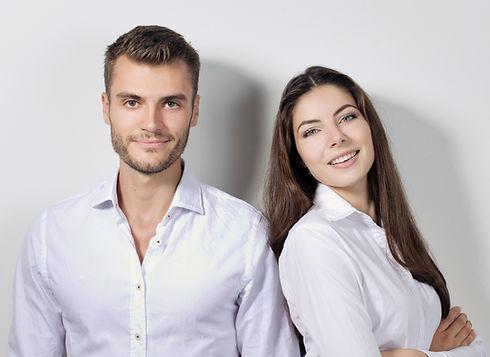 זוג צעיר במשרד שידוכים