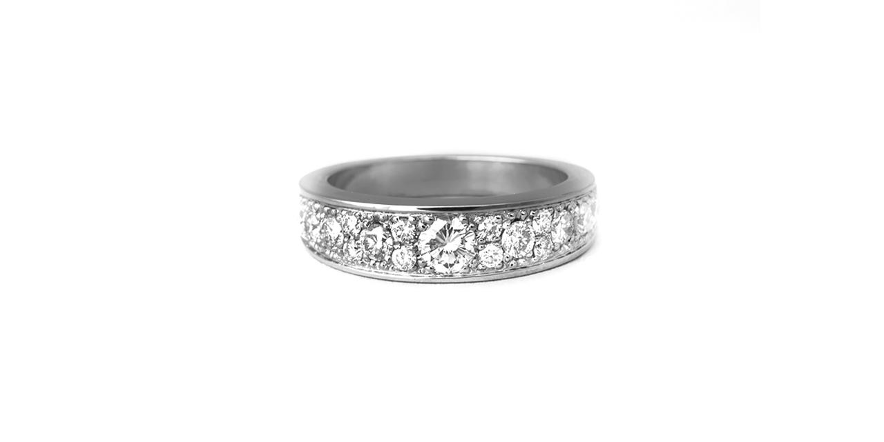 Titaaninen timanttisormus