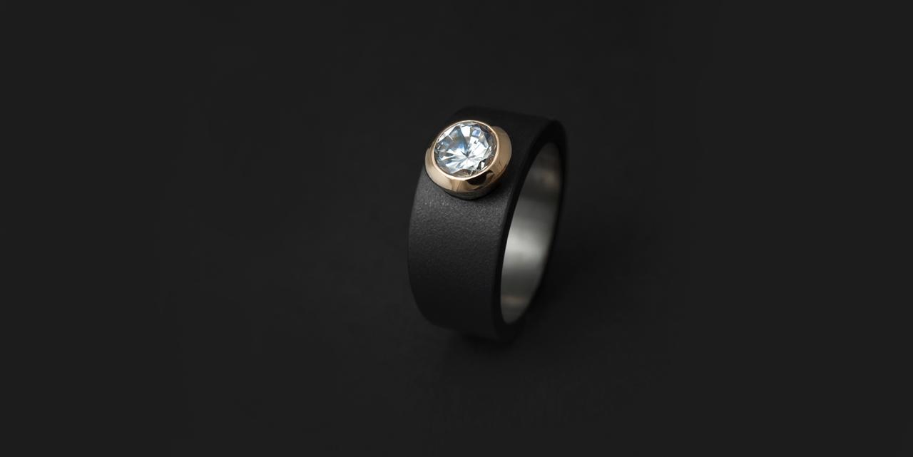 Mustatitaanisormus timantilla