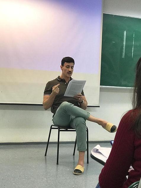 Tiago Pavinatto ministrando uma aula em uma sala de aula