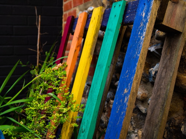 An eye-catching recycled wooden pallet fence