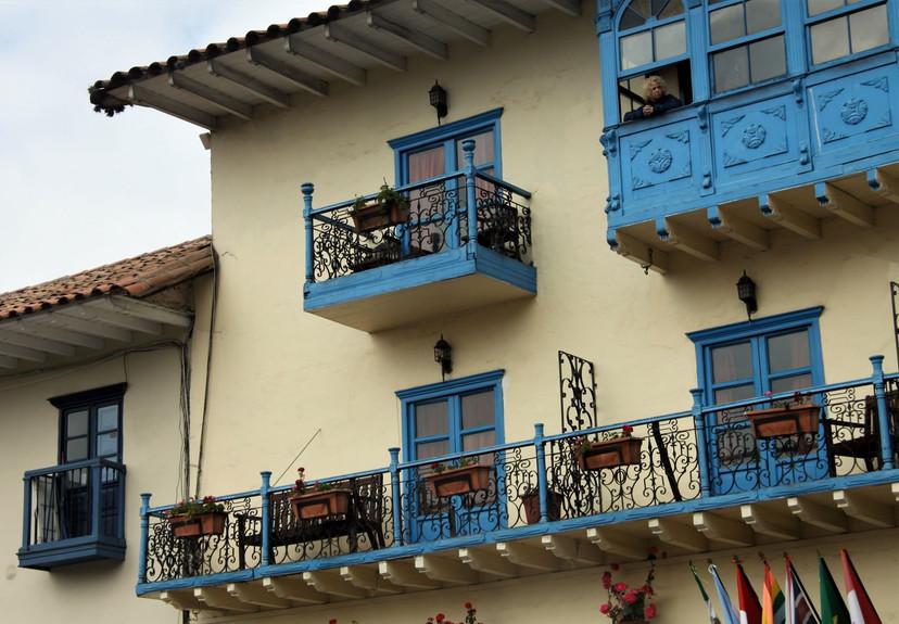 #305 damen på balkongen, lima, peru