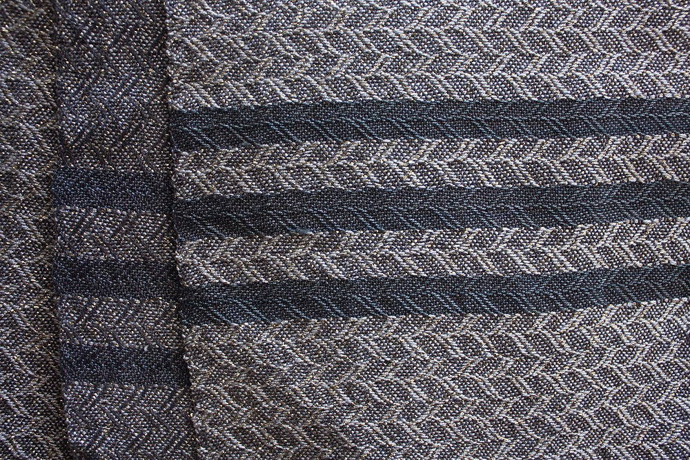 Line created with weft color change and with twill line.