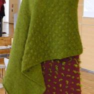 """""""Grønt sjal med struktur strik"""" og """"Rødt sjal med uldtotter"""""""