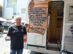 Yazid devant son camion