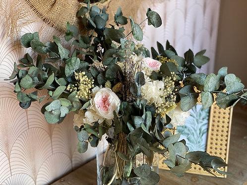 Jarrón Luz con rosas inglesas blancas y centro rosa