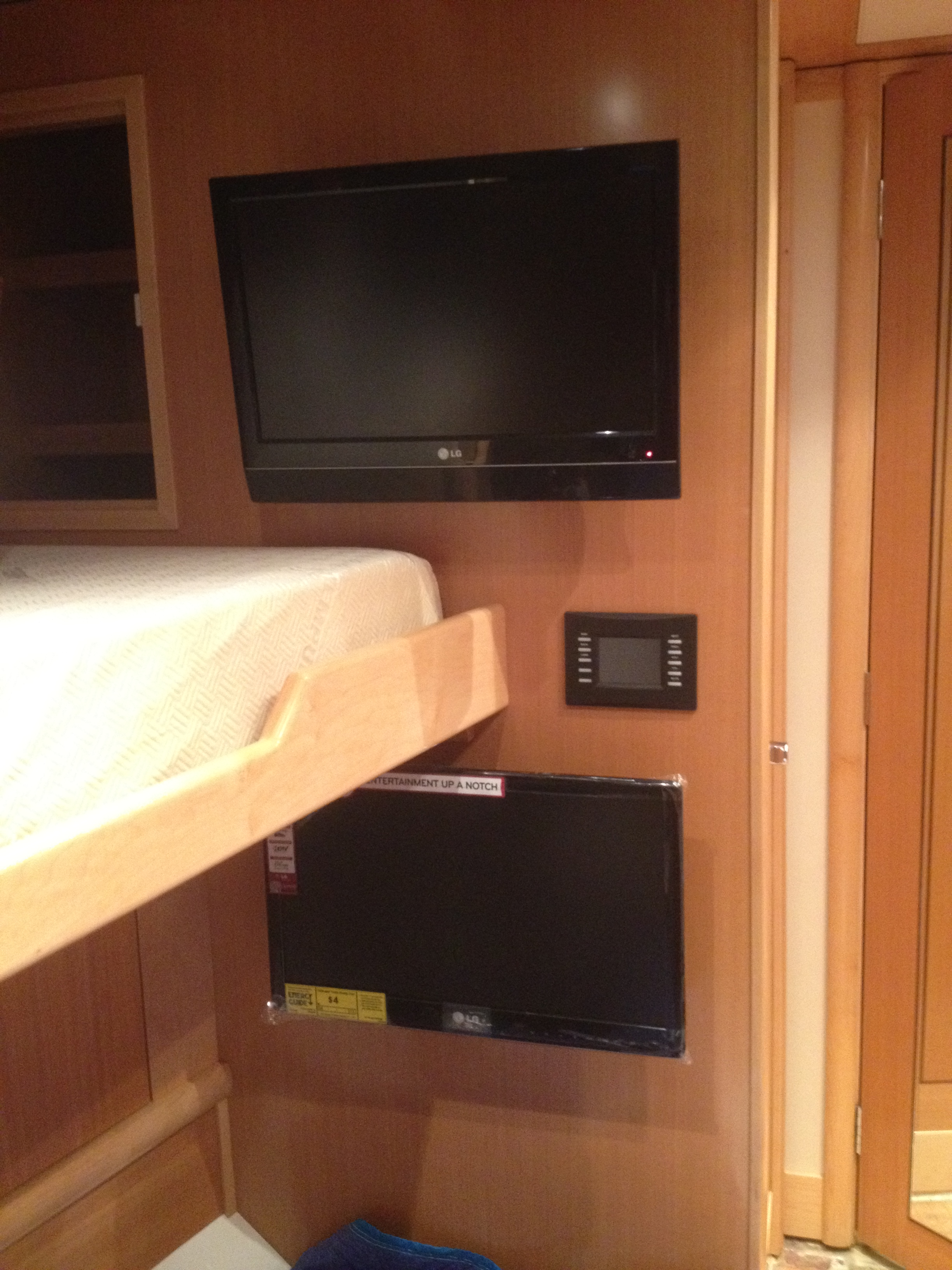 TV BOAT BUNK BEDS