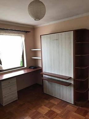 Cama vertical con escritorio y muebles laterales