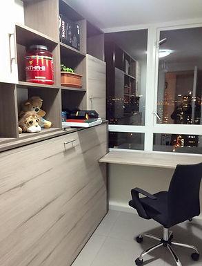 Cama con escritorio abatible en muro