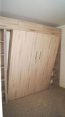 Cama vertical con mueble lateral y superior