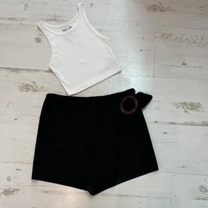 """שחור ולבן זה כל מה שצריך גופיה בטן topshop מידה xs, מחיר 35 ש""""ח  מכנס חצאית Zara מידה S מחיר 50 שח"""
