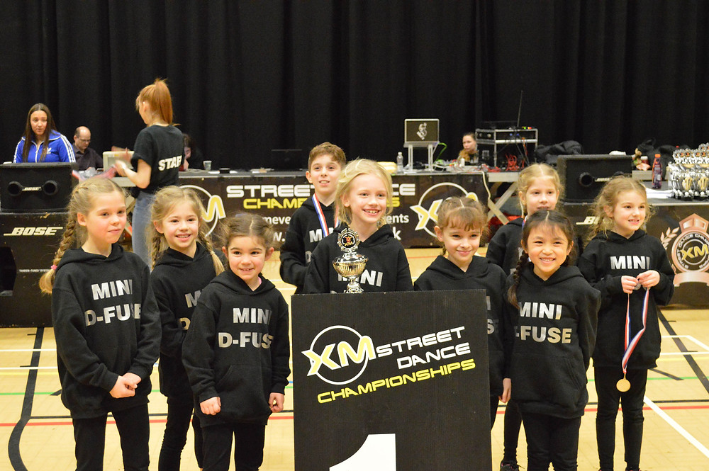 DIS Sponsoring Mini D-Fuse dance team