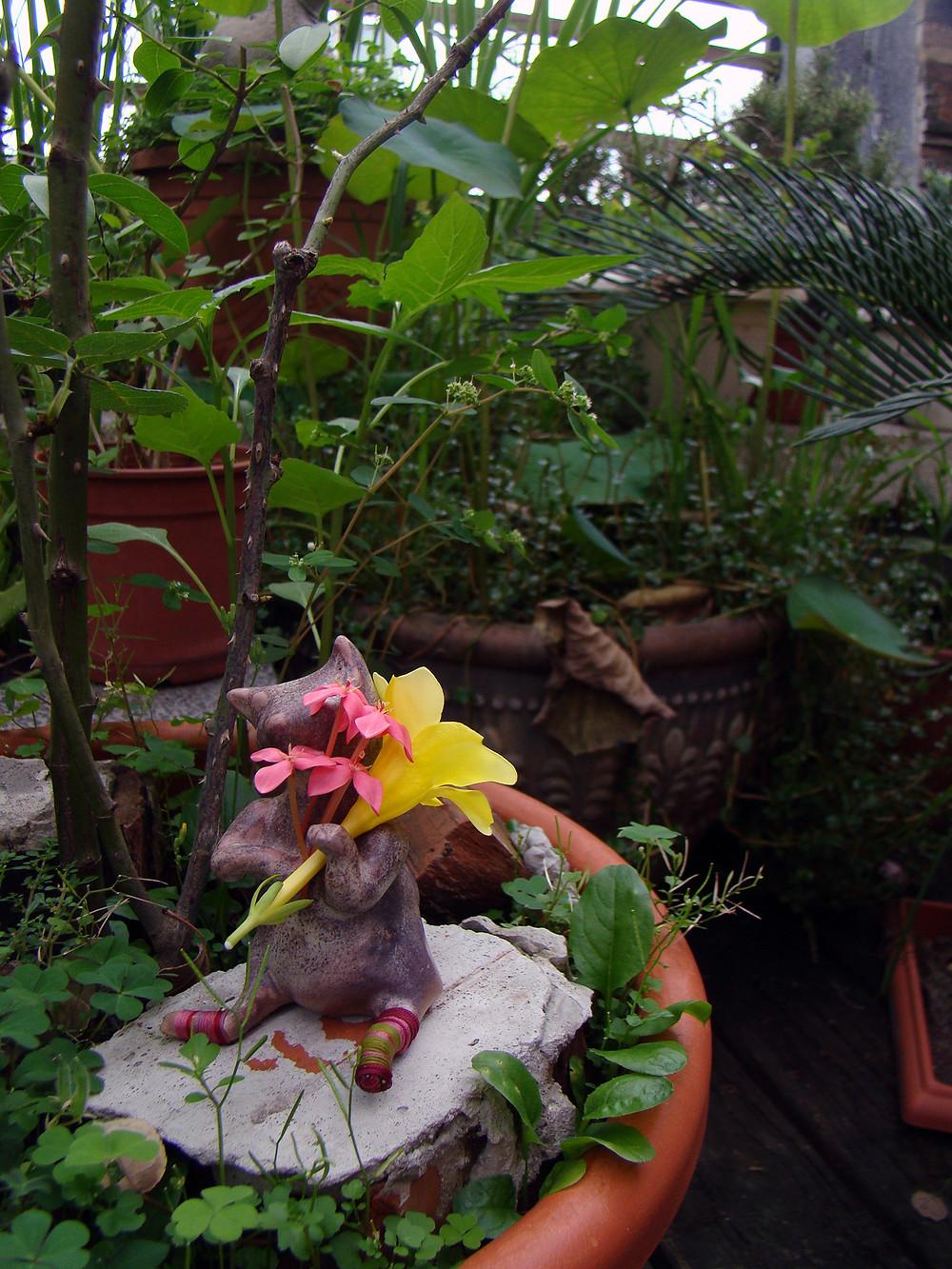 Rosa von Wein. A ceramic cat who loves flower and sweet wine.