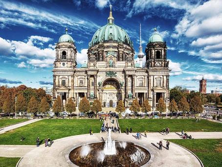「博物館島への入場門」と表される巨大で荘厳なベルリン大聖堂