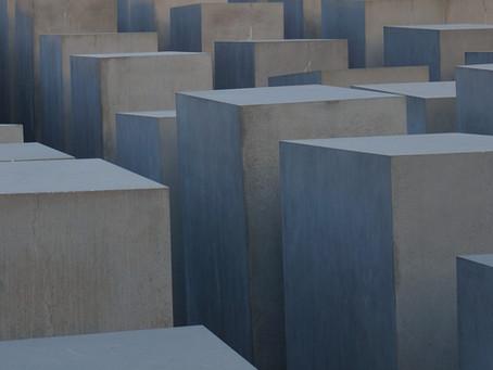 (ベルリンの史跡)ベルリンの壁から石柱へと生まれ変わった「ホロコースト記念碑」