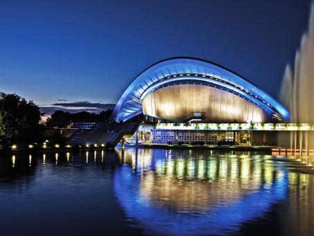 (ベルリンの建築)水と緑に囲まれた曲線屋根の建築「世界文化の家」