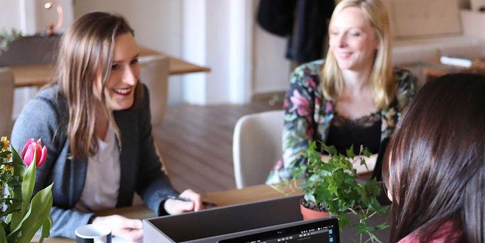 Pincus-Solutions-cowomen-working-in-office.jpg