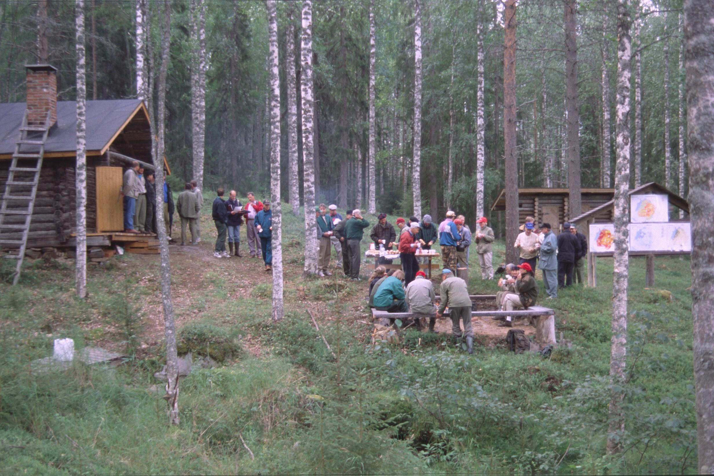 Retkeily,_Lapin_metsänhoitajat_70_v,_Sirenin_kämppä,_Kaihuavaara_14.8.1997