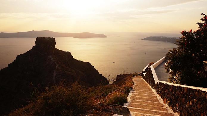 Pakeliui į saulėlydį ant Tourlos kyšulio Santorinyje