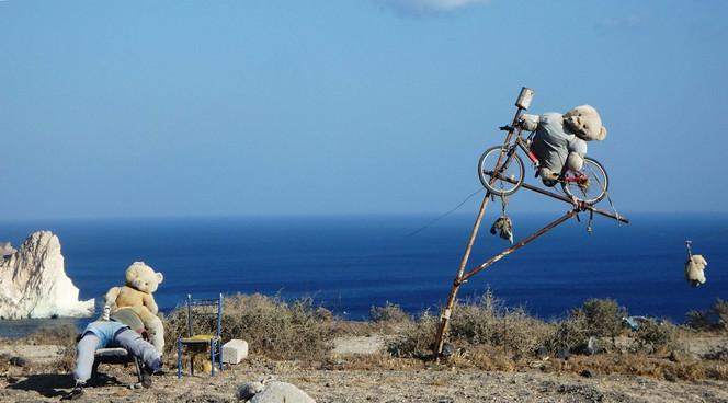 Santorinyje: makabriškas menas su meškučiais