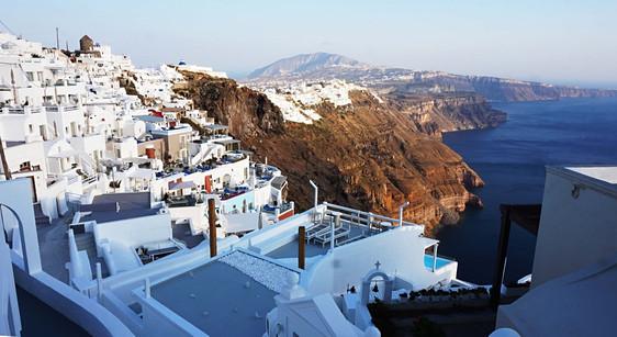 Fira – Santorinio salos sostinė ant aukštai virš jūros iškilusios kalderos kraštų.
