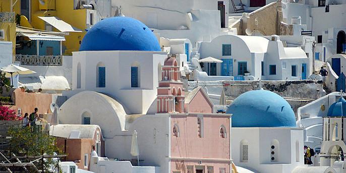 Santorini saloje. Spalvingieji Oia stogai