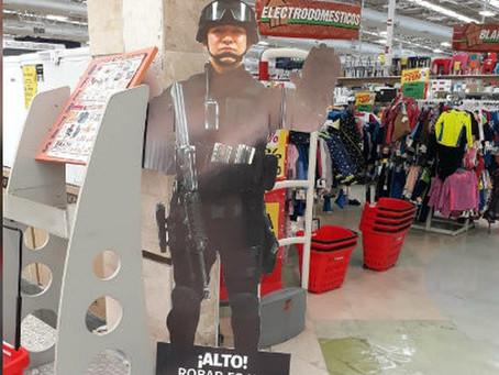 Comercios usan policías de cartón para evitar robos