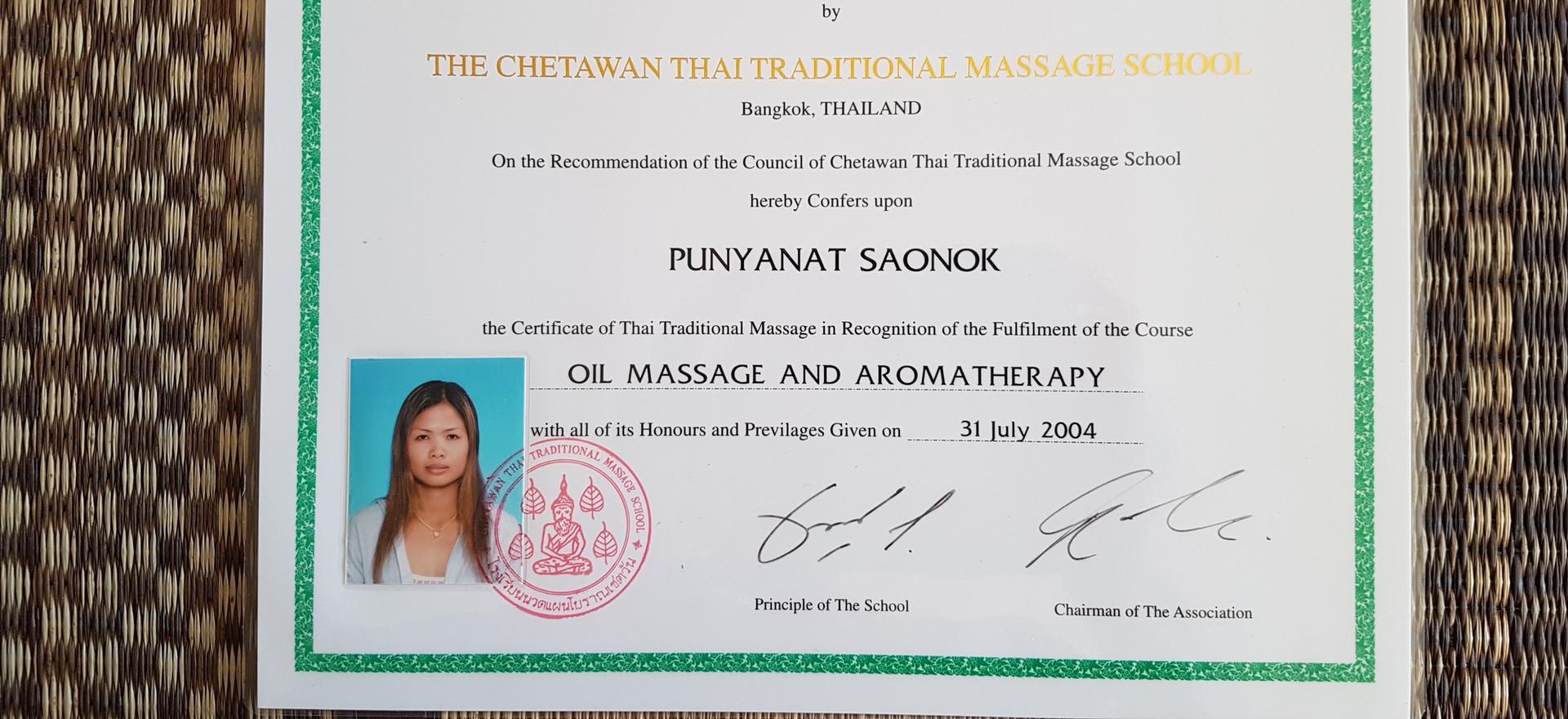 diploma Wat Po oil massage et aromatherapy.jpg
