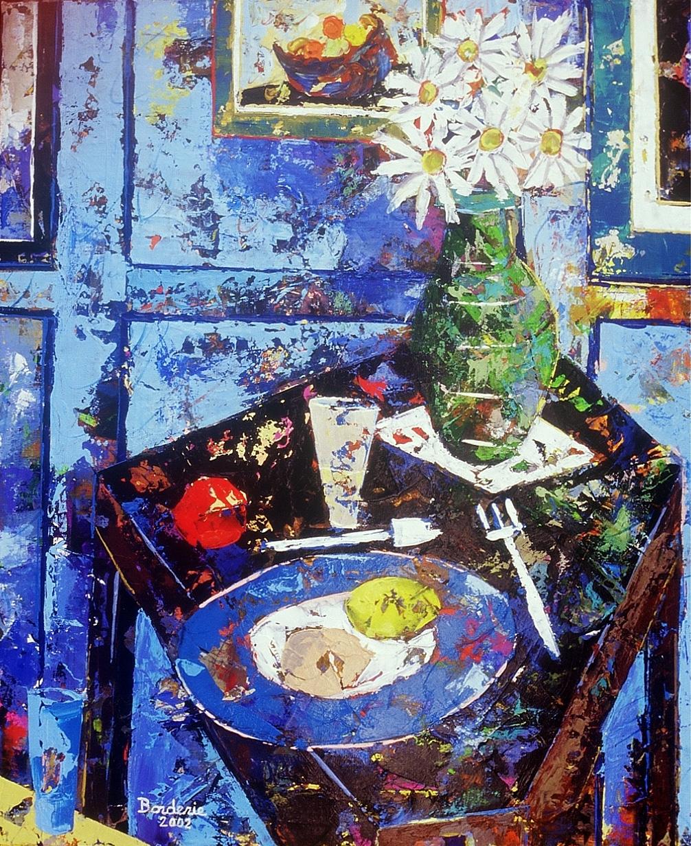 Fleurs et assiette sur la table.
