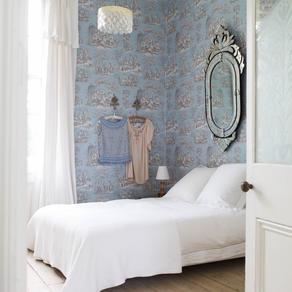 Elegant toile de Jouy wallpaper in London townhouse