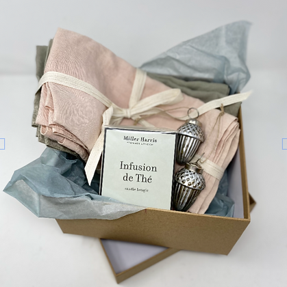 PALE & INTERESTING SCENTED CANDLE AND NAPKINS GIFT SET