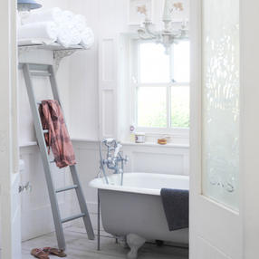 Simplicity and light make this bathroom restful and inviting