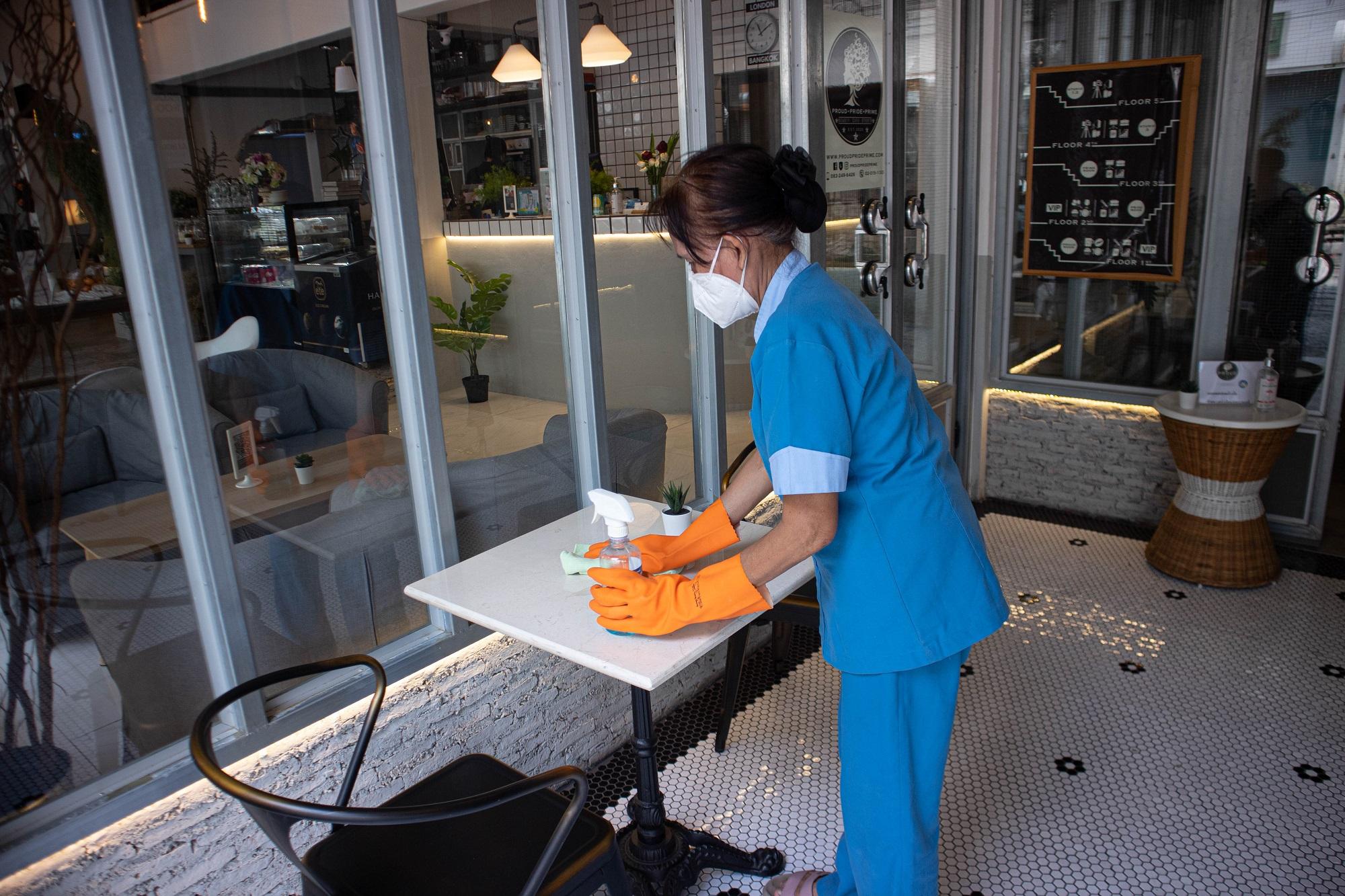 เช็ดทำความสะอาดโต๊ะ เก้าอี้ ด้วยน้ำยาฆ่าเชื้อโรค