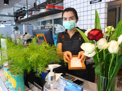 พนักงานแคชแชียร์และพนักงานต้อนรับ ปฎิบัติตามข้อบังคับของทางร้านเพื่อความสะอาด ป้องกันการแพร่กระจายเช