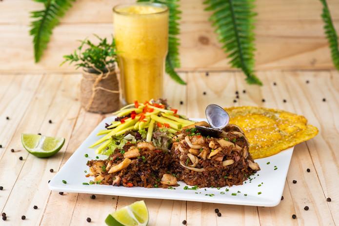 Arroz caribeño en crema de coco. Acompañado de fresca ensalada de mango y crujientes patacones