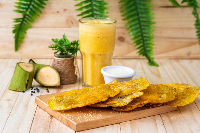 Crujientes patacones con suero, acompañados de una deliciosa pasión de coco con jugo: Pasión de Coco