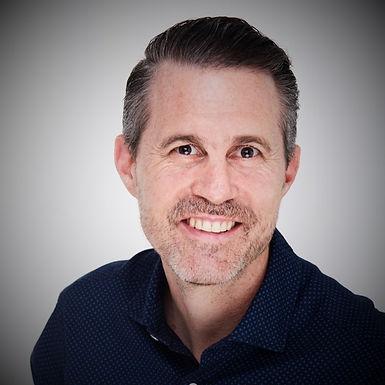 Michael díky svým dlouholetým zkušenostem pomáhá organizacím řídit smysluplné změny a tvořit výjimečnou zaměstnaneckou zkušenost.