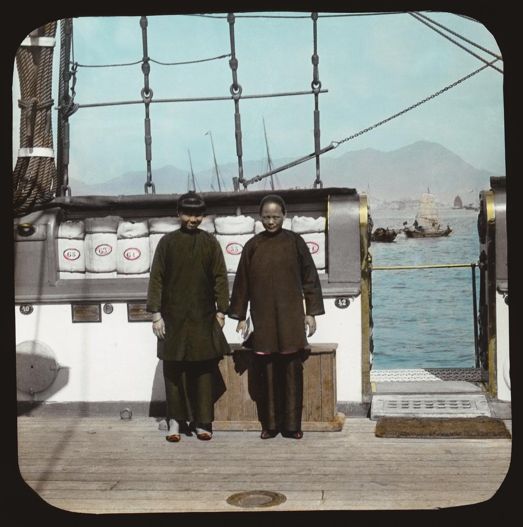 維多利亞港上,兩名登船的女子