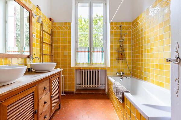 """Gîte de la Tour du Saffre - """"Salle de bain jaune"""""""