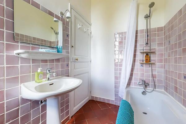 """Gîte de la Tour du Saffre - """"Salle de bain rose"""""""