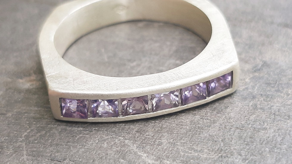 Modern ring with purple/blue natural Sapphires from Madagascar