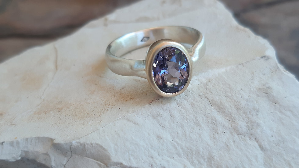 Purple/blue natural Spinel ring set in 9ct/ 375 yellow gold